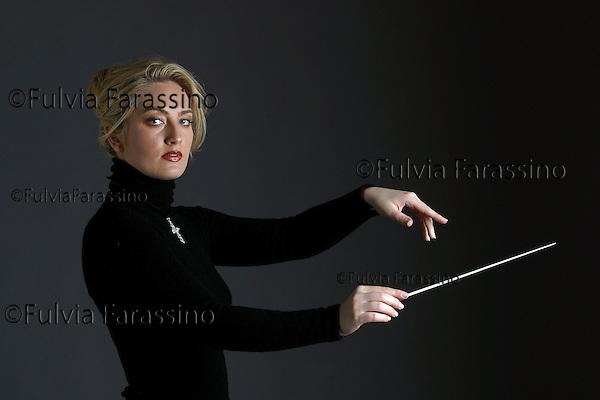 Silvia Casarin Rizzolo.Direttore d\'orchestra.Milano 4/4/2002..
