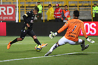 BOGOTA -COLOMBIA, 20 -SEPTIEMBRE-2014. Diego Novoa guardameta ( D) de La Equidad   disputa el balón con Jiame Sierra ( I ) del Once Caldas durante partido de la  decima  fecha  de La Liga Postobón 2014-2. Estadio Metroplitano de Techo . / Diego Novoa goalkeeper  (R) of Equidad fights for the ball with Jaime Sierra  (L) of Once Caldas during tenth game of the La Liga Postobón date 2014-2. Metropolitano de Techo  Stadium . Photo: VizzorImage / Felipe Caicedo / Staff