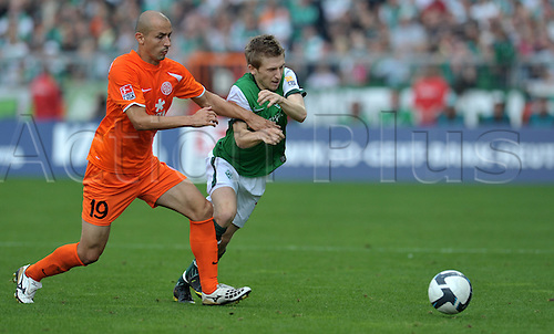 26th September 2009: Bundesliga, Matchday 7: Werder Bremen 1 v FSV Mainz 05, in Weserstadion in Bremen. The Bremen player Marko Marin (r) in a duel with the Mainz Elkin Soto (l). (Photo: Carmen Jaspersen/ActionPlus). UK Licenses Only.