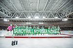 Stockholm 2014-01-10 Bandy Elitserien Hammarby IF - Sandvikens AIK :  <br /> Hammarbys spelare med banderoll innan matchen mot Sandviken i Tele2 Arena med texten &quot;Bandyhall nu eller aldrig&quot;<br /> (Foto: Kenta J&ouml;nsson) Nyckelord:  inomhus interi&ouml;r interior banderoll budskap