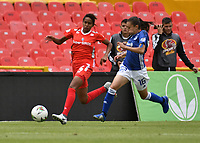 BOGOTÁ-COLOMBIA, 08-09-2019: Lina Gómez de Millonarios y Alejandra Ararat de América de Cali disputan el balón, durante partido entre Millonarios y el América de Cali de ida de las semifinales por la Liga Águila Femenina 2019  jugado en el estadio Nemesio Camacho El Campín de la ciudad de Bogotá. / Lina Gomez of Millonarios and Alejandra Ararat of America de Cali figth for the ball, during a match between Millonarios and America de Cali of the semifinals for the 2019 Women's Aguila League played at the Nemesio Camacho El Campin Stadium in Bogota city, Photo: VizzorImage / Luis Ramírez / Staff.
