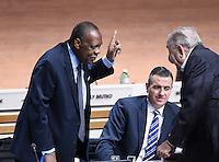 Fussball International Ausserordentlicher FIFA Kongress 2016 im Hallenstadion in Zuerich 26.02.2016 Ex UEFA Praesident und Ex FIFA-Exekutivkomitee Mitglied Lennart Johansson (re, Schweden) im Gespraech mit FIFA Interimspraesident Issa Hayatou (Kamerun und CAF Praesident) und  FIFA Interims-Generalsekretaer Markus Kattner (Mitte, Deutschland)