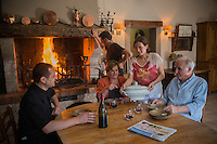 Europe/France/2A/Corse du Sud /Levie : Ferme-Auberge: A PIgnata, La famille  Rocca-Serra au coin du feu<br />   [Non destiné à un usage publicitaire - Not intended for an advertising use]
