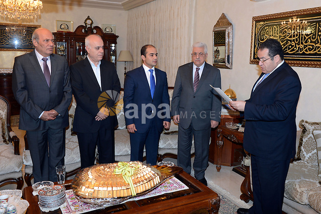 Palestinian President Mahmoud Abbas (Abu Mazen)  gives, Shahid Khalil Zabin, sam Order of Merit and Excellence in Amman, on oct. 15, 2013. Photo by Thaer Ganaim