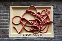 In de war. Gevelsteen in Amsterdam. ( let op: foto heeft een kleine afmeting)