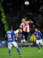 BOGOTA - COLOMBIA -27 - 04 - 2016: Rafael Carrascal (Izq.) jugador de Millonarios disputa el balón con Roberto Ovelar (Der.) jugador de Atletico Junior, durante partido de la fecha 15 entre Millonarios y Atletico Junior, de la Liga Aguila I-2016, jugado en el estadio Nemesio Camacho El Campin de la ciudad de Bogota.  / Rafael Carrascal (L) player of Millonarios vies for the ball with Roberto Ovelar (R) player of Atletico Junior, during a match between Millonarios and Atletico Junior, for the 15 date of the Liga Aguila I-2016 at the Nemesio Camacho El Campin Stadium in Bogota city, Photo: VizzorImage / Luis Ramirez / Staff.