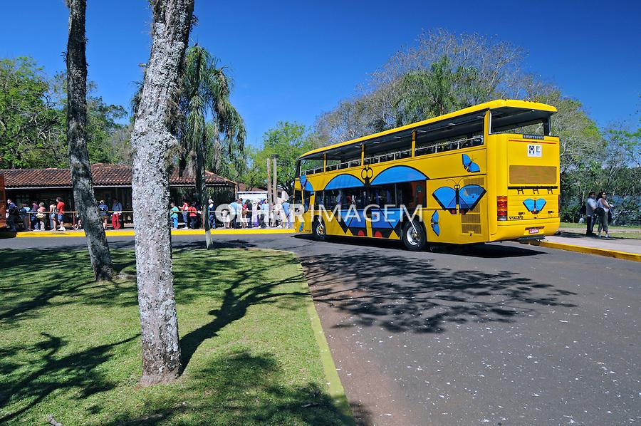 Onibus de turismo em Foz do Iguaçu. Paraná. 2008. Foto de Zig Koch.