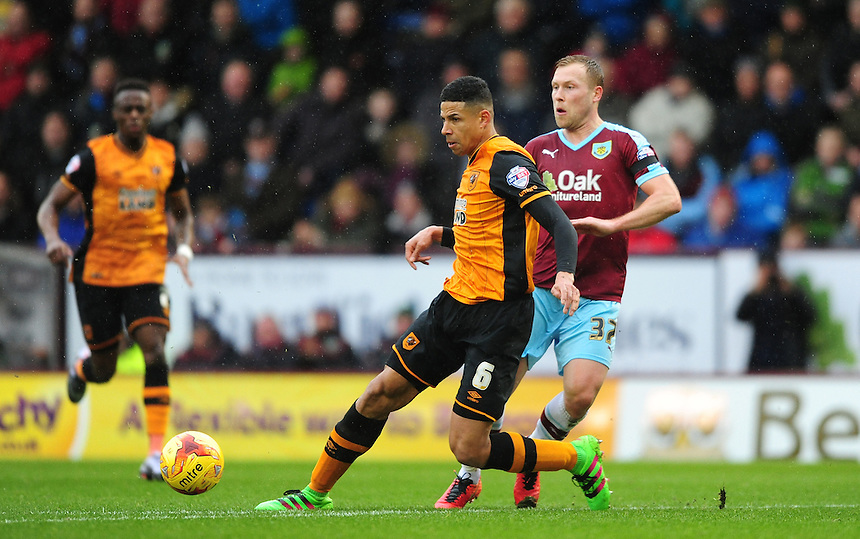 Burnley's Scott Arfield plays the ball past Hull City's Curtis Davies<br /> <br /> Photographer Chris Vaughan/CameraSport<br /> <br /> Football - The Football League Sky Bet Championship - Burnley v Hull City - Saturday 6th February 2016 - Turf Moor - Burnley <br /> <br /> &copy; CameraSport - 43 Linden Ave. Countesthorpe. Leicester. England. LE8 5PG - Tel: +44 (0) 116 277 4147 - admin@camerasport.com - www.camerasport.com