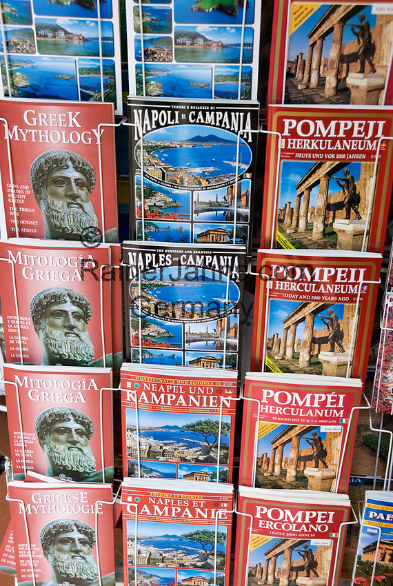 ITA, Italien, Kampanien, Paestum: Verkaufsstaender mit bebilderten Reisefuehrern in verschiedenen Fremdsprachen | ITA, Italy, Campania, Paestum: travel guide books in different languages