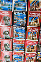 ITA, Italien, Kampanien, Paestum: Verkaufsstaender mit bebilderten Reisefuehrern in verschiedenen Fremdsprachen | ITA, Italy, Campania, Paestum: travel guide books in different languages