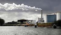 Nederland Amsterdam  2017.    De haven van Amsterdam. Rechtsachter de kolencentrale van Nuon aan de Hemweg. Foto Berlinda van Dam / Hollandse Hoogte