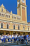 Estudantes visitam a Estação da Luz, São Paulo. 2004. Foto de Juca Martins.