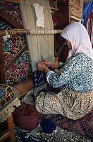 Europe/Turquie/Mira : Nomade tissant un tapis