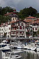 Europe/France/Aquitaine/64/Pyrénées-Atlantiques/Pays-Basque/Ciboure: Le port, l'église Saint-Vincent de Ciboure et les maisons du quai Maurice Ravel