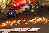 RIO DE JANEIRO, RJ, 28.11.2016 - PROTESTO-RJ - Homenagem aos policiais que morreram vitima da queda do helicóptero na Cidade de Deus semana passada , ato em frente a ALERJ no Rio de Janeiro nesta segunda-feira, 28. (Foto: Marcus Victorio/Brazil Photo Press)