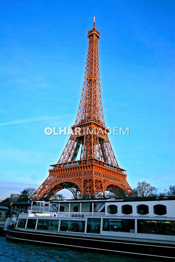 Torre Eiffel e passeio de Bateau Mouche no Rio Sena. Paris. França. 2007. Foto de Luciana Whitaker.