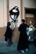 San Francisco, CA &ndash; September 4, 1982<br /> The &ldquo;Sisters of Perpetual Indulgence&ldquo; is a charity organization that uses protest and street performance and religious imagery to call attention to sexual intolerance. At their inception in 1979, a small group of gay men in San Francisco began wearing the attire of nuns in visible situations to draw attention to social conflicts and problems in the Castro District.<br /> San Francisco, Californie, 4 septembre 1982<br /> Les &ldquo;S&oelig;urs de la Perp&eacute;tuelle Indulgence&ldquo; est un organisme caritatif qui a pour but d&rsquo;informer et de venir en aide aux homosexuelles notamment les victimes du Sida. Elles collectent des fonds en faisant des activit&eacute;s culturelles et surtout elles sont une remarquable troupe de th&eacute;&acirc;tre tr&egrave;s connue pour ses spectacles avant-gardistes.