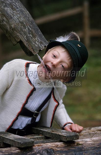 Europe/Autriche/Tyrol/Env Axams: Mathias boit à la fontaine au refuge de Schwarzenegg lors d'une partie de chasse