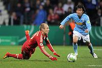 Fussball DFB Pokal:  Saison   2011/2012  Achtelfinale  20.12.2011 VfL Bochum - FC Bayern Muenchen  Schwalbe von Arjen Robben (FC Bayern Muenchen) gegen Takashi Inui (VfL Bochum)