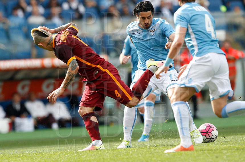 Calcio, Serie A: Lazio vs Roma. Roma, stadio Olimpico, 3 aprile 2016.<br /> Roma&rsquo;s Radja Nainggolan, left, is challenged by Lazio's Milan Bisevac during the Italian Serie A football match between Lazio and Roma at Rome's Olympic stadium, 3 April 2016.<br /> UPDATE IMAGES PRESS/Riccardo De Luca