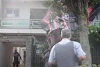 ATENÇÃO EDITOR: FOTO EMBARGADA PARA VEÍCULOS INTERNACIONAIS. - SAO PAULO)31 de dezembro 2012.(QUEDA DE BALAO). Um Balao caiu sobre uma casa na Rua Caraguatai Vila Floresta Santo Andre. Bombeiros retira o Balao de cima da casa.  . ADRIANO LIMA / BRAZIL PHOTO PRESS).