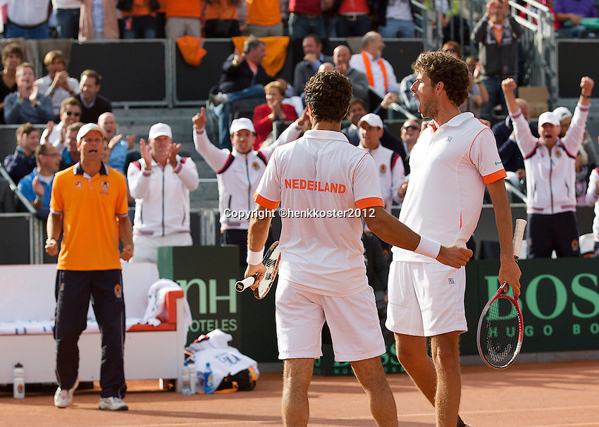 15-09-12, Netherlands, Amsterdam, Tennis, Daviscup Netherlands-Suisse, Doubles, Robin Haase/Jean-Julian Rojer(M)    in jubilation in the back captain Jan Siemerink