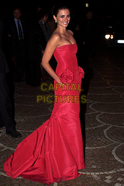 PENELOPE CRUZ.At the David di Donatella Awards..Rome, Italy,.14th April 2004.full length full-length red straplss valentino dress .www.capitalpictures.com.sales@capitalpictures.com.©Capital Pictures