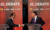 BOGOTÁ -COLOMBIA. 09-06-2014. Juan Manuel Santos (Der), Presidente y candidato presidencial de Colombia por el partido de la Unidad Nacional en debate con Oscar Iván Zuluaga (Izq) candidato presidencial de Colombia por el partido Centro Democrático realizado en el díario El Tiempo. Las elecciones Presidenciales segunda vuelta en Colombia se realizarán el 15 de junio de 2014 en todo el país./ Juan Manuel Santos (R), President and presidential candidate of Colombia for the National Unity party in debate with Oscar Ivan Zuluaga (L) presidential candidate for the Democratic Center party made in El Tiempo newspaper. The Presidential elections second round in Colombia will be held in june 15, 2014 across the country. Photo: VizzorImage/ Campaña JMS Presidente<br />