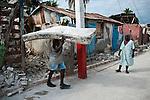 Des habitants de Jacmel errent dans les rues du quartier bas de la ville le 19/01/2010, le plus affecté par le séisme du 12/01/2010 à Haiti.