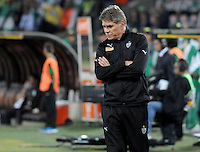 MEDELLÍN -COLOMBIA-23-04-2014. Paulo Autuori técnico de Atlético Mineiro de Brasil gesticula durante partido con Atlético Nacional de Colombia por los octavos de final de la Copa Libertadores de América 2014 jugado en el estadio Atanasio Girardot de Medellín, Colombia./ Paulo Autuori coach of  Atletico Mineiro de Brazil reacts during the first leg match against Atletico Nacional of Colombia for the knockout stages of the Copa Libertadores championship 2014 played at Atanasio Girardot stadium in Medellin, Colombia. Photo: VizzorImage/ Luis Ríos /STR