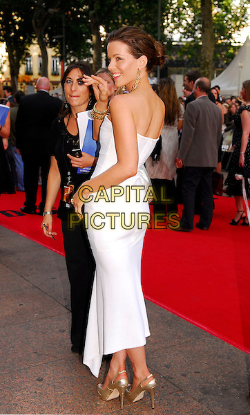 """KATE BECKINSALE .UK premiere of """"Die Hard 4.0: Live Free or Die Hard"""" at the Empire Leicester Square, London, England..June 20th, 2007.white strapless dress beck behind gold shoes hand waving full length .CAP/IA.©Ian Allis/Capital Pictures"""