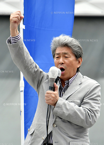 July 24, 2016, Tokyo, Japan - Japans free journalist Shuntaro Torigoe delivers his speech to Sunday shoppers at Tokyos bustling Ginza Street on July 24, 2016, in his last week of campaigning for the July 31 gubernatorial election. With the voting date one week away, Torigoe, 76, who has the backing from four opposition parties, is trailing former Defense Minister Yuriko Koike in the race according to latest surveys. (Photo by Natsuki Sakai/AFLO) AYF -mis-