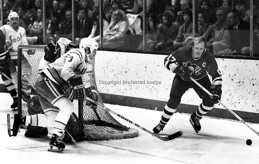 Seals vs Pittsburg  Penguins #17 Ron Schock, Seals Mike Christie. (1975 photo/Ron Riesterer)