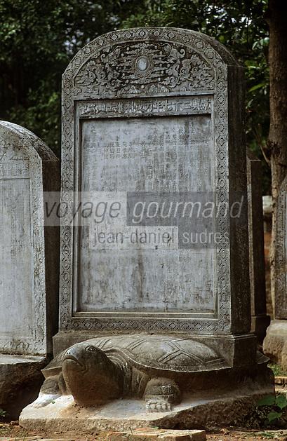 Asie/Vietnam/Hanoi: Temple de la Littérature - Van Miêu - dédié au Culte de Confucius, bati en 1070 - détail pierre tombale sur une tortue de pierre - la tortue est un des quatre animaux sacrés [avec le dragon, la licorne et le phenix.]