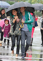 Visual_EXCLUSIVE_JESSICA_SZOHR_AND_HER_NEW_BOYFRIEND_AT_THE_GROVE_DESPITE_THE_RAIN_181112