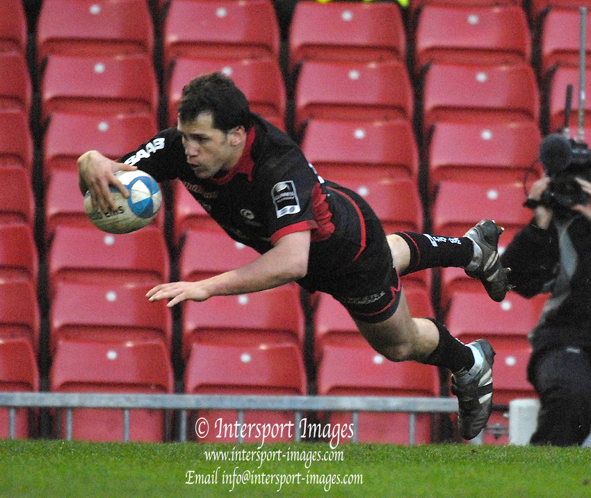 Watford, GREAT BRITAIN, Sarries Tomas DE VEDIA, dives in for his third first half try, in the European Challenge Cup, Saracens vs Nabonne, at Vicarage Road, on Sun 14.01.2007, Watford, ENGLAND. [Photo  Peter Spurrier/Intersport Images] .