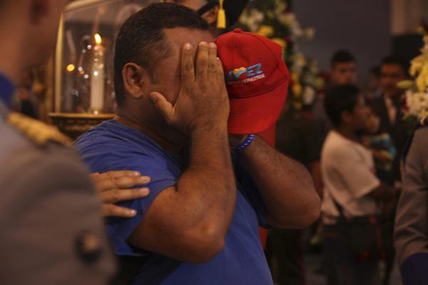 CAR4126. CARACAS (VENEZUELA), 07/03/2013.- Fotografía cedida por la presidencia de Venezuela muestra a un hombre llorando mientras asiste hoy, jueves 7 de marzo de 2013, a las honras fúnebres del líder venezolano, Hugo Chávez, en la Academia Militar de Caracas (Venezuela). El funeral de Chávez iniciará mañana a las 11.00 hora local (15.30 GMT) en la Academia Militar de Caracas, donde desde el miércoles está instalada su capilla ardiente, que permanecerá abierta durante al menos siete días más. EFE/PRESIDENCIA DE VENEZUELA/SOLO USO EDITORIAL NO VENTAS