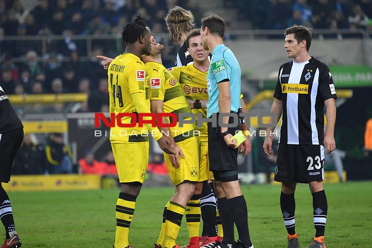 18.02.2018, Borussia Park, M&ouml;nchengladbach, GER, 1. FBL., Borussia M&ouml;nchengladbach vs. Borussia Dortmund<br /> <br /> im Bild / picture shows: <br /> Diskussion mit Schiedsrichter, referee, Bastian Dankert (SR) Sokratis (Borussia Dortmund #25), ist mit einer Entscheidung nicht einverstanden Michy Batshuayi (Borussia Dortmund #44),  und Mario Goetze (Borussia Dortmund #10),  beteiligen sich <br /> <br /> Foto &copy; nordphoto / Meuter