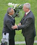 FBL  2008/2009 34. Spieltag Rueckrunde<br /> VfL Wolfsburg - Werder Bremen<br /> VfL Wolfsburg Trainer Felix Magath wird vom Chef Martin Winterkorn verabschiedet<br /> Foto &copy; nph (  nordphoto  )