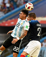 KAZAN - RUSIA, 30-06-2018: Lucas HERNANDEZ (Der) jugador de Francia disputa el balón con Cristian PAVON (Izq) jugador de Argentina durante partido de octavos de final por la Copa Mundial de la FIFA Rusia 2018 jugado en el estadio Kazan Arena en Kazán, Rusia. / Lucas HERNANDEZ (R) player of France fights the ball with Cristian PAVON (L) player of Argentina during match of the round of 16 for the FIFA World Cup Russia 2018 played at Kazan Arena stadium in Kazan, Russia. Photo: VizzorImage / Julian Medina / Cont