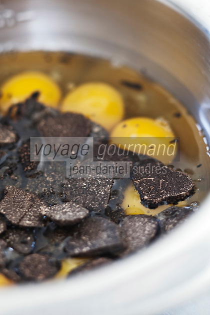 Europe/Europe/France/Midi-Pyrénées/46/Lot/Cahors: Repas chez Pierre-Jean Pebeyre et son épouse Elisabeth - Préparation de l'omelette aux truffes