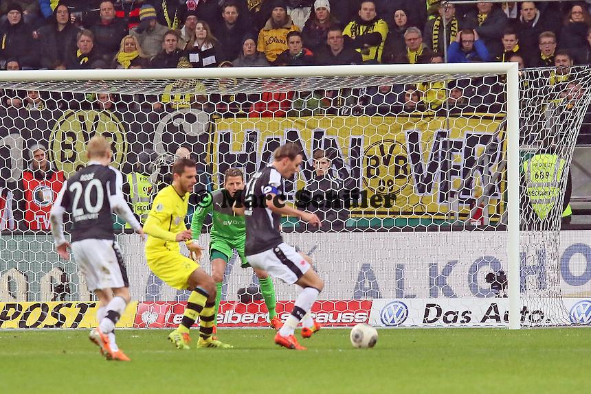 Chance fuer Alex Meier (Eintracht) - Eintracht Frankfurt vs. Borussia Dortmund, DFB-Pokal Viertelfinale