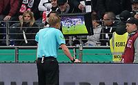 Schiedsrichter Christian Dingert sieht sich den Videobeweis an und nimmt den Elfmeter wegen Handspiel für Leverkusen zurück - 18.10.2019: Eintracht Frankfurt vs. Bayer 04 Leverkusen, Commerzbank Arena, <br /> DISCLAIMER: DFL regulations prohibit any use of photographs as image sequences and/or quasi-video.