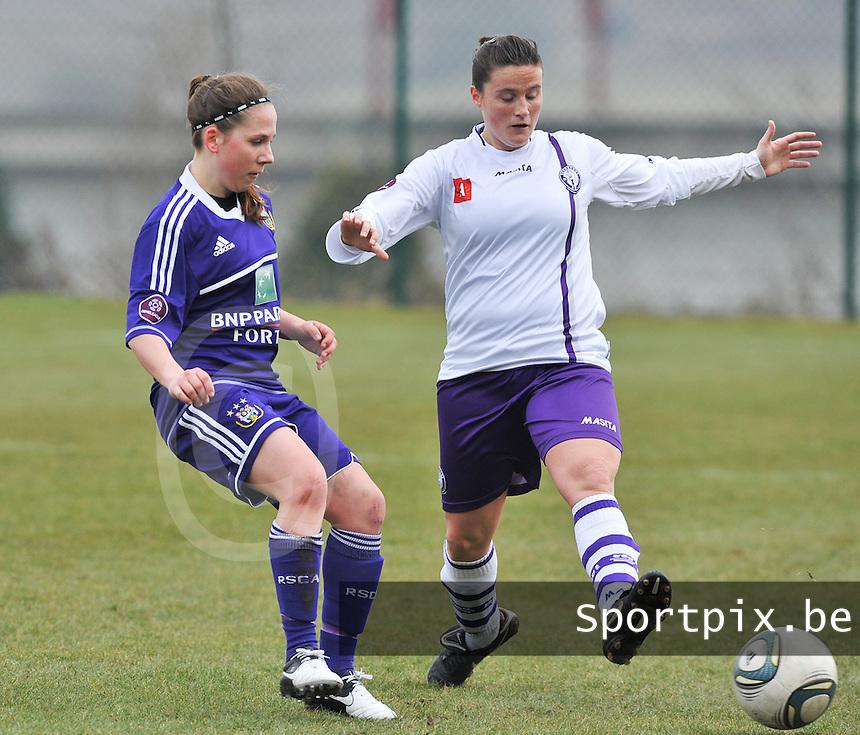 RSC Anderlecht Dames - Beerschot : Taika De Koker aan de bal voor Thais Oosters (rechts).foto DAVID CATRY / Vrouwenteam.be