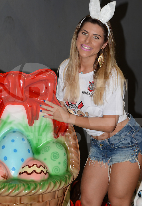 SAO PAULO, 25 DE MARCO DE 2013. - Ana Paula Minerato visita crianças durante evento de Pascoa no ginásio do Parque São Jorge em São Paulo na tarde desta segunda feira, 25. (FOTO: ALAN MORICI / BRAZIL PHOTO PRESS).