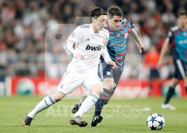 Real Madrid's Mesut Özil against Olympique de Lyon's Jeremy Toulalan during Champions League match. March 16, 2011. (ALTERPHOTOS/Alvaro Hernandez)