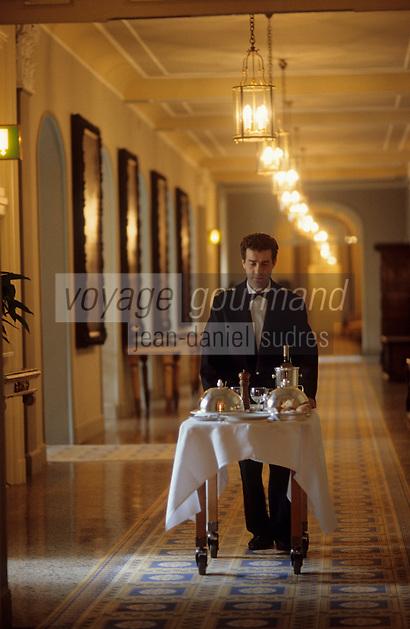 Europe/Italie/Lac de Come/Lombardie/Cernobbio : Villa d'Este (XVI°) - Service d'étage