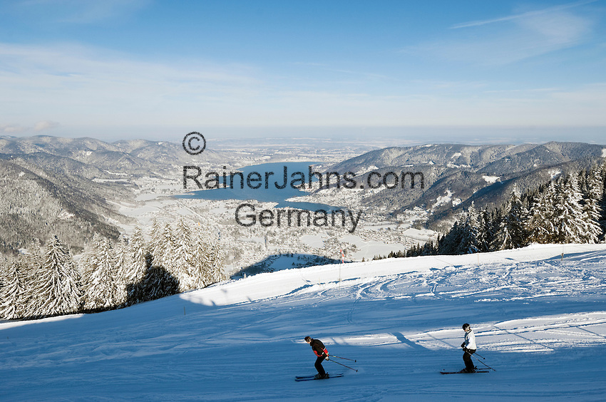 Germany, Bavaria, Upper Bavaria, Tegernseer Valley, Winter at Wallberg mountain, view across Lake Tegern; skiers going downhill
