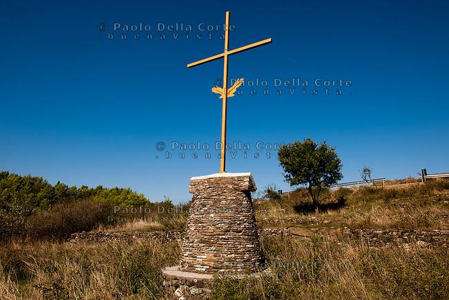 Albania - Panoramiche nei dintorni di Fisht&euml; <br />  dove la pianura della Zadrima &egrave; incastonata fra la montagna di Kakarriq e la catena dell&rsquo;Hajmel, caratterizzata da molti piccoli corsi d&rsquo;acqua e un sistema di colline dolcissime. La croce  indica il luogo in cui abitava padre Gjergj Fishta considerato il pi&ugrave; importante poeta nazionale.