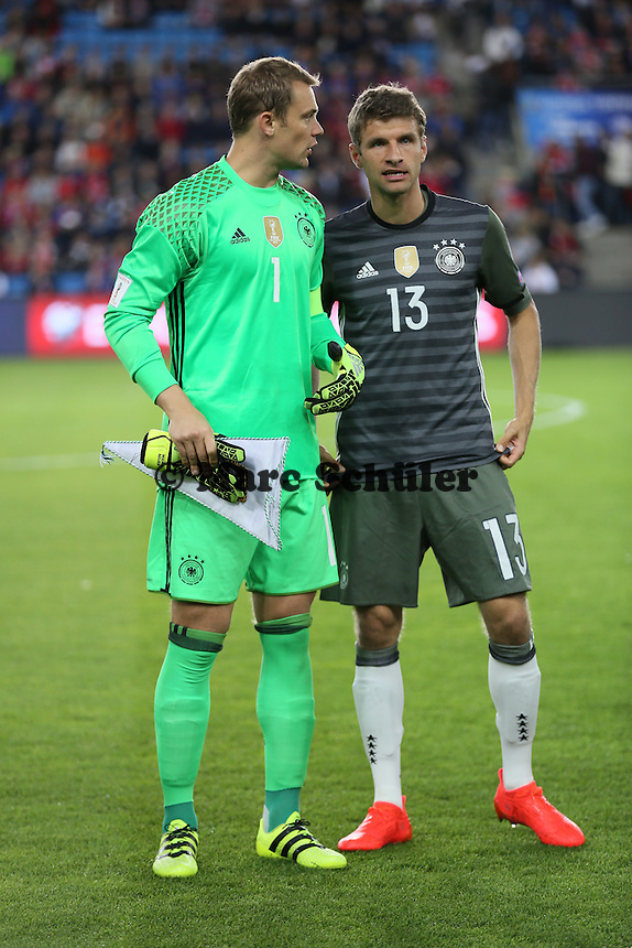 Kapitän Manuel Neuer (Deutschland Germany) mit Thomas Mueller (Deutschland Germany)- Norwegen vs. Deutschland, Ullevaal Stadium Oslo, WM-Qualifikation Spiel 1